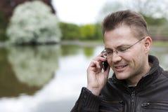 Homme parlant par le téléphone images libres de droits