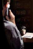 Homme parlant par le téléphone Photo libre de droits