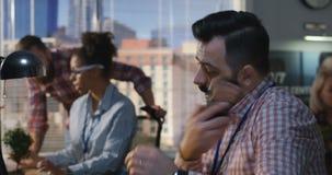 Homme parlant pour téléphoner à un bureau