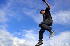 Homme parlant sur l'entre le ciel et la terre de téléphone Photographie stock libre de droits