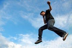 Homme parlant sur l'entre le ciel et la terre de téléphone Image libre de droits
