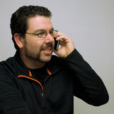 Homme parlant sur le portable Photos libres de droits