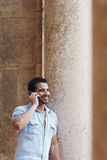 Homme parlant sur le portable Photographie stock libre de droits