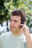 Homme parlant sur le téléphone portable Photographie stock