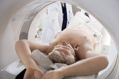 Homme passant par le balayage de CT dans l'hôpital Photo stock