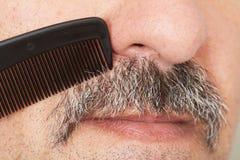 Homme peignant sa moustache photos libres de droits