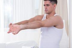 Homme pendant la séance d'entraînement à la maison image stock