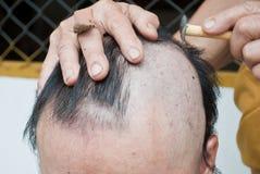 Homme pendant une cérémonie bouddhiste de classification Image libre de droits