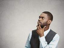 Homme pensant, décidant du plan futur Photographie stock libre de droits