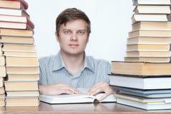 Homme pensant entre les livres Photographie stock