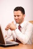 Homme pensant occupé avec l'ordinateur portatif Images libres de droits