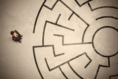 Homme perdu d'affaires recherchant une manière dans le labyrinthe circulaire Photographie stock libre de droits