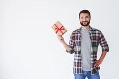 Homme perlé heureux tenant la boîte actuelle dans une main Photographie stock