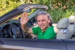 Homme perplexe sur la voiture convertible Images libres de droits