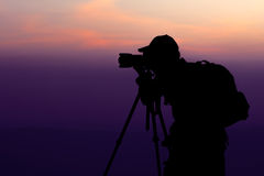 Homme photographiant au sommet de la montagne Photo stock