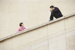 Homme photographiant la femme sur l'escalier Photos libres de droits