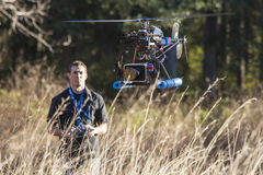 Homme pilotant l'hélicoptère d'UAV Photos libres de droits