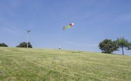 Homme pilotant son cerf-volant Photographie stock libre de droits