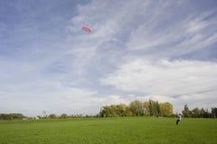 Homme pilotant un cerf-volant de pouvoir Images libres de droits