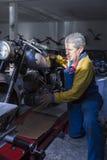 Homme plaçant une moto Image stock