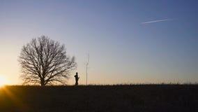 Homme plantant l'arbre dans le domaine Lever de soleil ensoleillé, coucher du soleil Silhouette banque de vidéos