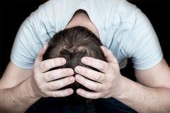 Homme pleurant déprimé Photographie stock libre de droits