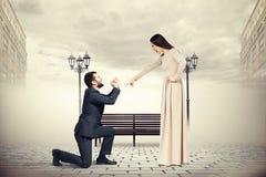 Homme pleurant et regardant la femme criarde Image libre de droits