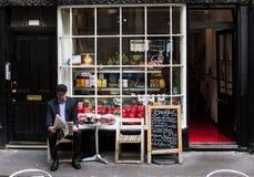Homme plus âgé à un café Photos stock