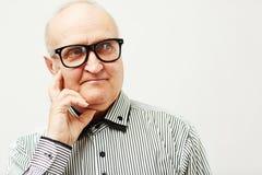 Homme plus âgé élégant réfléchi Image stock
