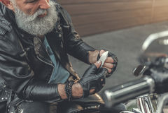 Homme plus âgé attentif travaillant avec la chose pointue Photographie stock libre de droits
