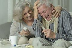 Homme plus âgé avec l'inhalation de grippe Photo libre de droits