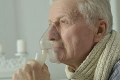 Homme plus âgé avec l'inhalation de grippe Photos stock