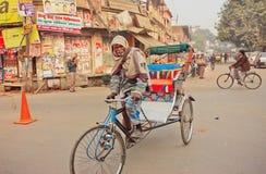 Homme plus âgé avec la barbe blanche conduisant en bicyclette avec le chariot Photo libre de droits