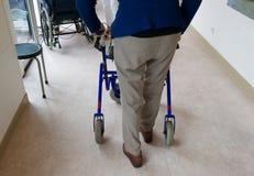Homme plus âgé avec le cadre de marche Photo stock