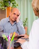 Homme plus âgé avec le docteur dans la clinique Image stock