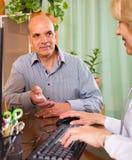 Homme plus âgé avec le docteur dans la clinique Photo libre de droits