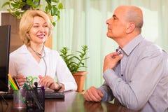 Homme plus âgé avec le docteur dans la clinique Image libre de droits