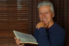 Homme plus âgé avec le livre Photos libres de droits