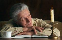 Homme plus âgé avec le livre Photo libre de droits