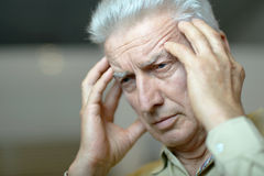 Homme plus âgé avec le mal de tête Photo stock