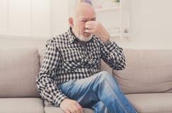 Homme plus âgé avec le mal de tête pinçant de retour du nez Photo libre de droits