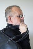 Homme plus âgé avec un sac de sport Photographie stock libre de droits