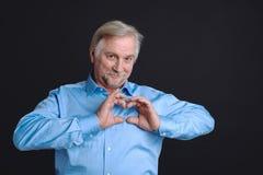 Homme plus âgé bel exprimant l'amour Image stock