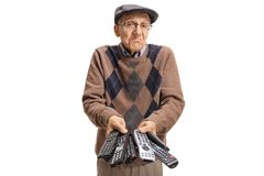 Homme plus âgé confus tenant un groupe d'extérieurs images stock