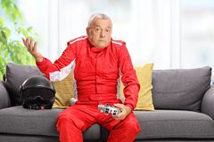 Homme plus âgé confus tenant une manette photographie stock
