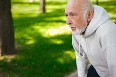 Homme plus âgé courant en parc vert, l'espace de copie Photos libres de droits