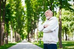 Homme plus âgé courant en parc vert, l'espace de copie Photo stock