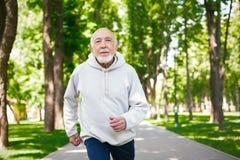 Homme plus âgé courant en parc vert, l'espace de copie Photo libre de droits
