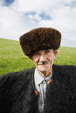 Homme plus âgé dans le manteau de feutre Photographie stock libre de droits