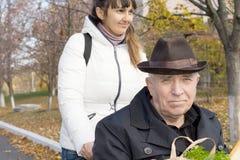 Homme plus âgé dans un fauteuil roulant Images stock